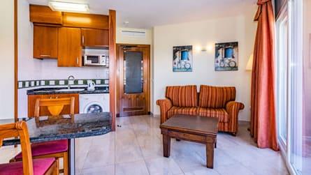 1-apartamento-con-vistas-al-mar-y-golf-salon.jpg