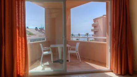 3-estudio-con-vistas-piscina-terraza.jpg