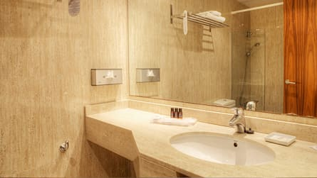 4-estudio-con-vistas-piscina-wc.jpg