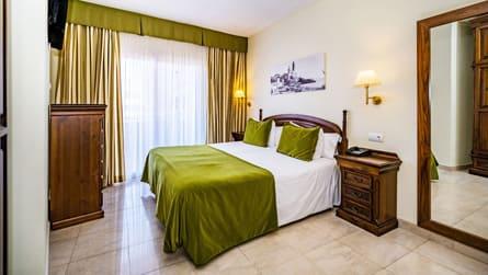 1-apartamento-familiar-con-vistas-piscina-dormitorio.jpg