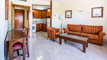 3-apartamento-familiar-con-vistas-piscina-salon-comedor.jpg