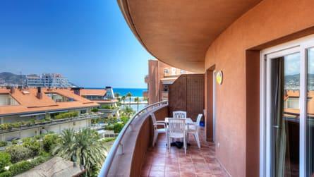 5-apartamento-familiar-con-vistas-piscina-terraza.jpg