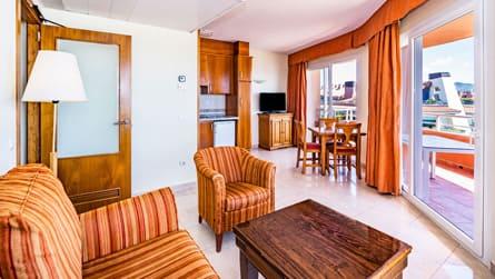 2-apartamento-superior-vistas-al-mar-comedor.jpg