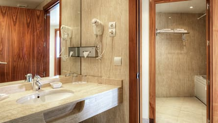 5-suite-vistas-mar-wc.jpg