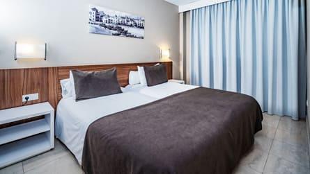 3-junior-suite-vistas-mar-dormitorio.jpg