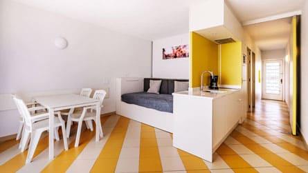 apartamento-2-4-personas-comedor.jpg