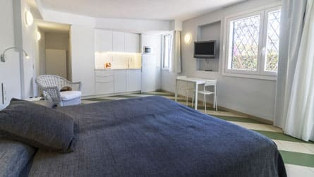 3-estudio-alquiler-turistico-salon-dormitorio.jpg