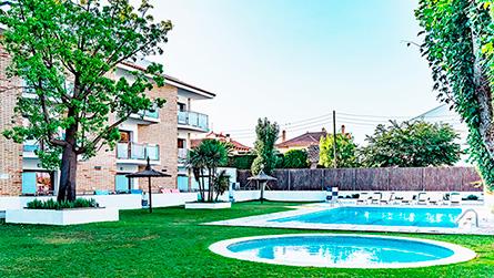 2-apartamentos-apollo-sitges-con-piscina.jpg