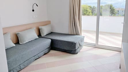 2-estudio-familiar-sitges-cama-matrimonio.jpg